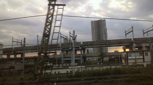 美容院が終わって 帰りの電車の中から夕日のさいたま新都心辺り。