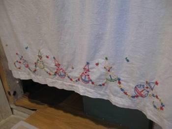 アンティークカーテンもきれい♪ アッ!この刺繍ヒョウタンに応用できそう(笑).jpg