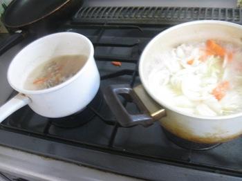 カレーを作りながら 袋煮の具を煮て.jpg