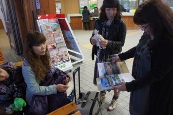 ギウンちゃんと西元さん、教室ファイルに清里駅のスタンプをポン♪ナイスアイディア~.jpg