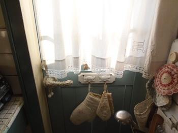 ピロケースで作ったカーテンをキッチンドアに掛けました.jpg