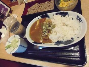 ブリちゃんは根菜カレーとお蕎麦.jpg