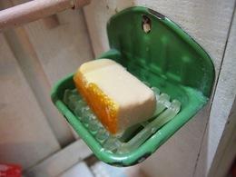 ホーローの石鹸置きはグリーンです はちみつ石鹸最高♪.jpg