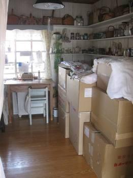 仕事部屋は又また箱の山 布団一枚敷くのがようやっとです.jpg
