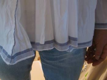 前中央と袖口と裾の渋いブルーのラインが爽やかです.jpg