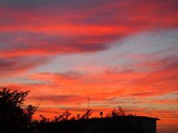夕がた6時近くになると 夕日で空が燃えているよう きれいだな~.jpg