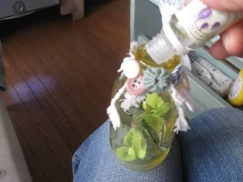 瓶の中に入れたフェイクの葉に香りのエッセンスを振りかけて.jpg