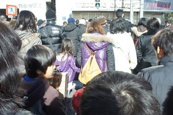神社に向かう人人人.jpg