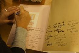 私に会う度にサインを重ねたまなちゃんの大切な本です.jpg