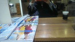 美容院で雑誌を見てファッションからお化粧品のお勉強♪.jpg