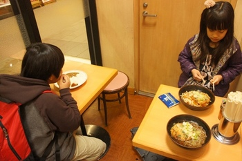駅の立ち食いソバやでお昼ご飯.jpg