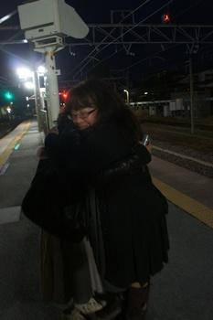 ギウンちゃんとはここでバイバイ。楽しかったよ~と抱き合う二人(笑).jpg