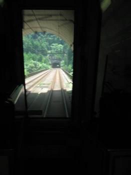 京都から山陰線に乗り換えトンネルを何個もくぐると亀岡に着きます.jpg