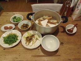 夕ご飯はおでんと頂いた野菜でヘルシー.jpg