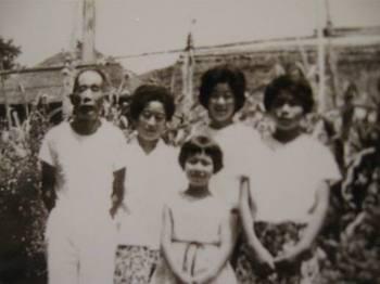 左から 沖の爺~・おが・ツヤ姉・私 下が従姉妹 45年くらい前の写真.jpg