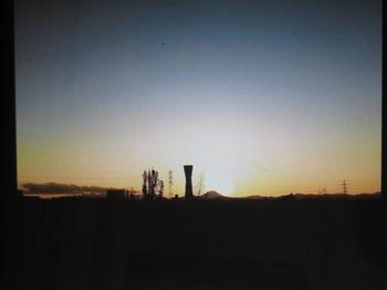昨日みゆきが写した夕日を背にした富士山は もはや芸術!!.jpg