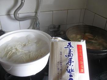 残った鍋にうどんを茹でて煮て食べました.jpg