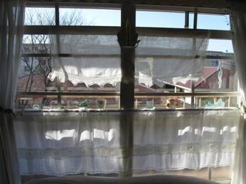 綺麗に洗ったカーテンは手で皺をのばしそのままかけて乾かします.jpg