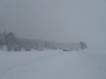 隣村は雪の中.jpg