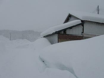雪の壁で車が止まっていれません.jpg