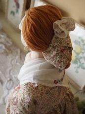 8.共布のターバンで結った髪を巻いてリボンを飾る.jpg