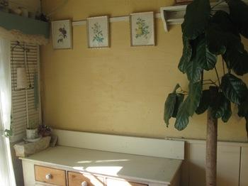 TV台の上の飾りものを片づけて 絵も上に飾り.jpg